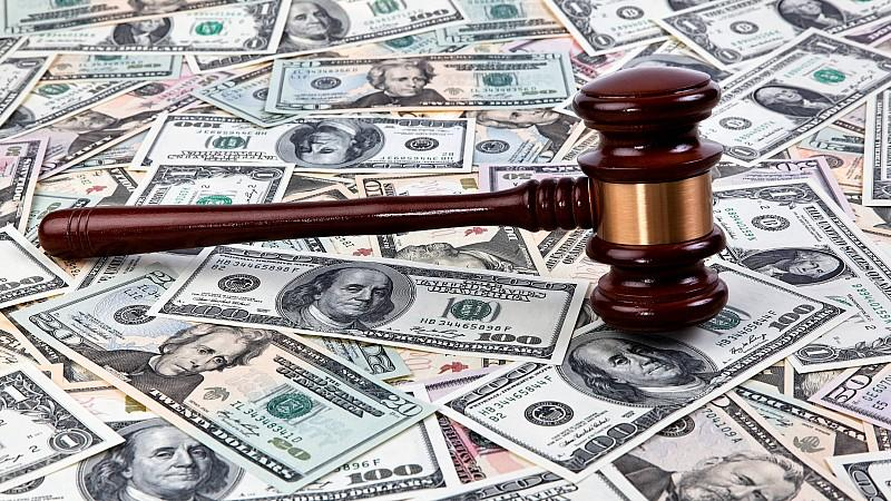 Dollarscheine mit Richterhammer , USA | Dollars bills and a judge hammer, USA