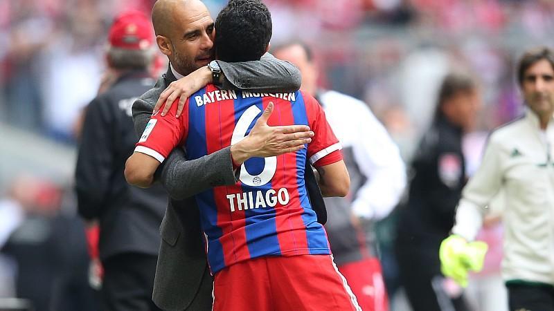 Pep Guardiola herzt seinen ersten spanischen Neuzugang in München, Thiago Alcantara.