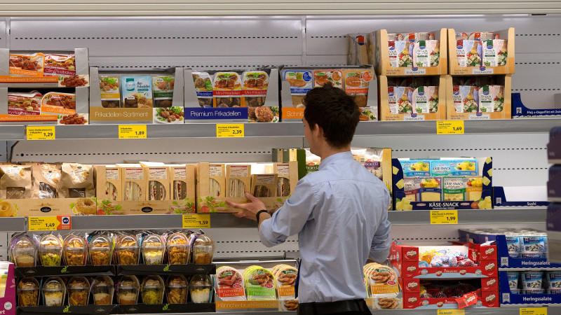 ARCHIV - Ein Aldi-Mitarbeiter befüllt am 27.06.2014 in Düsseldorf (Nordrhein-Westfalen) in der Aldi-Filiale an der Königsallee die Regale. Deutschlands größter Discounter Aldi will seine Kunden künftig auch über die Herkunft des Fleisches in verarbei