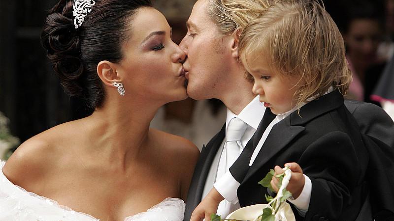 Verona Pooth heiratet 2005 in Wien ihren Franjo, der Sohnemann San Diego auf dem Arm hat.