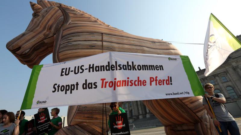 Hunderte Menschen demonstrierten vor dem Reichstagsgebäude in Berlin gegen das umstrittene TTIP-Freihandelsabkommen.