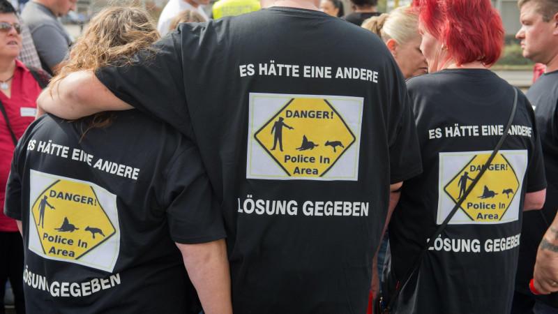 Die Empörung um die tödlichen Schüsse von Polizisten auf zwei Hunde in Rüsselsheim hält weiter an.
