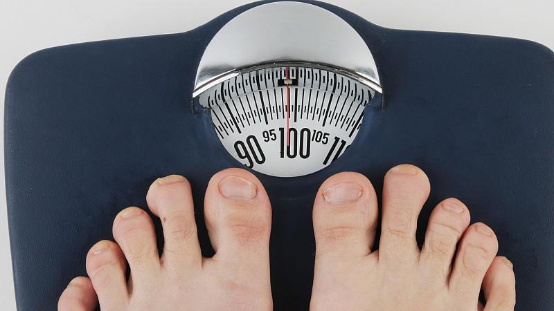 Liegt der BMI zwischen 25 und 29, handelt es sich um Übergewicht.