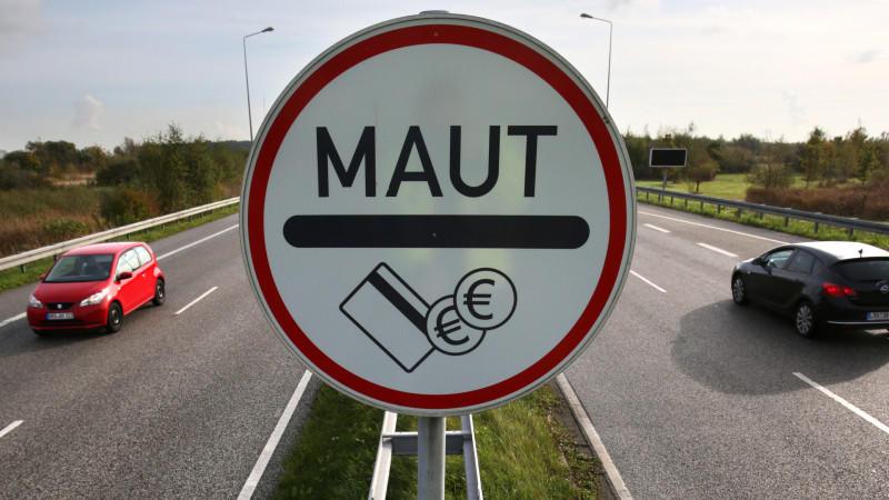 Ein Maut-Schild steht am 30.10.2014 an einer Zufahrtstraße zum Warnowtunnel in Rostock (Mecklenburg-Vorpommern). Die geänderten Pläne von Verkehrsminister Alexander Dobrindt (CSU) für eine Pkw-Maut werden mit Spannung erwartet. Foto: Bernd Wüstneck/d