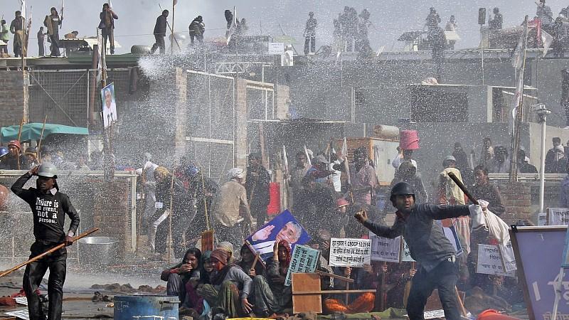 Die Anhänger des Gurus verteidigen seinen wie eine Festung ausgebauten Aufenthaltsort mit allen Mitteln gegen die Polizei.