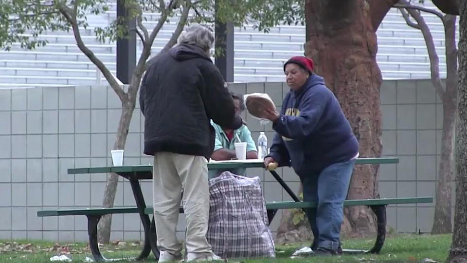 Rührende Weihnachtsüberraschung: Obdachloser verteilt Geschenke