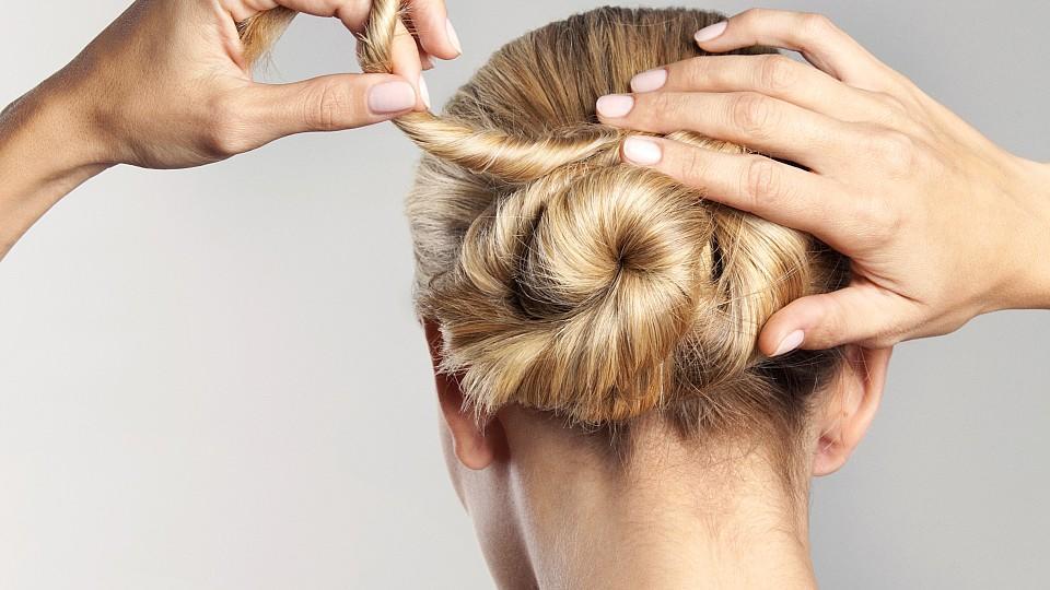 Wer fettige Haare hat, sollte auf bestimmte Frisuren setzen