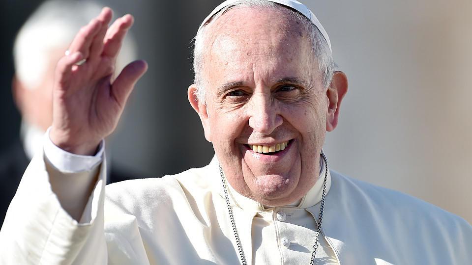 Papst Franziskus nimmt den Amtsverzicht von US-Bischof Robert Finn, der wegen Vertuschung von Kindesmissbrauch verurteilt wurde, an.