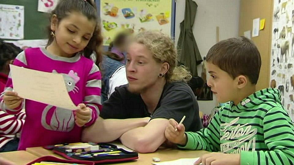Lehramtsstudent Erik Schäfer mit Schulkindern einer Bremer Grundschule.