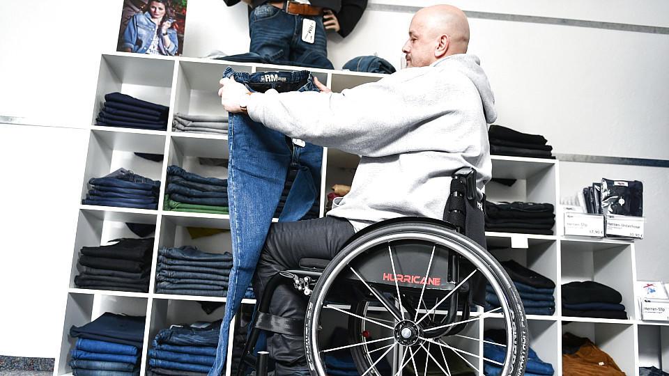 Spezialisierte Geschäfte entdecken eine Marktlücke für sich: Mode für Rollstuhlfahrer.