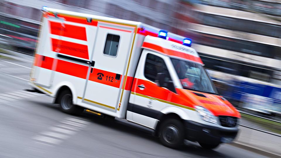 Symbolbild: Eine schwangere Frau muss ins Krankenhaus gebracht werden, nachdem ein Mann sie überfallen hat