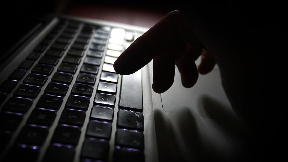 Hand über Tastatur