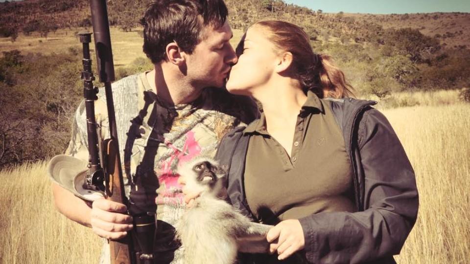 """""""Sexy Hunter"""" posiert mit Ex-Freund und totem Tier"""