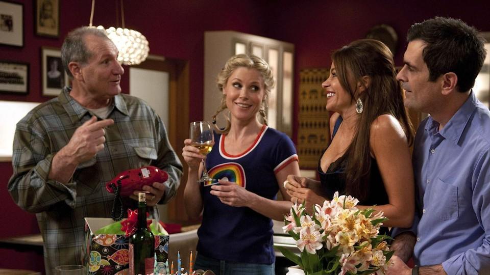 """Nach einem chaotischem Verlauf seines Ehrentages stößt (v.li.) Jay (Ed O""""Neill) mit Claire (Julie Bowen), Gloria (Sofia Vergara) und Phil (Ty Burrell) auf seinen Geburtstag an."""