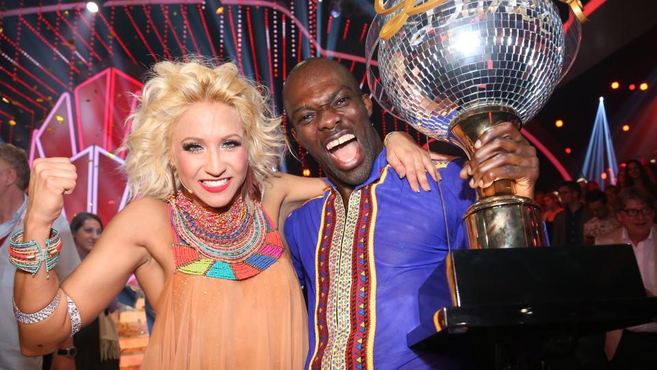 """Hans Sarpei und Kathrin Menzinger gewinnen die achte Staffel von """"Let's Dance""""."""