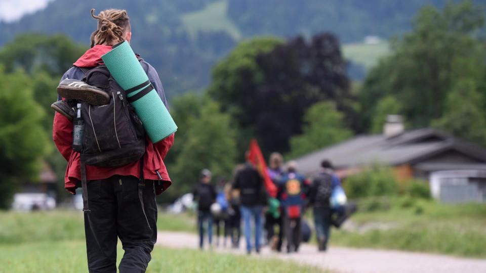 Demonstranten verlassen das Protestcamp in Garmisch-Partenkirchen (Bayern). Am Nachmittag endet der zweitägige Gipfel der G7-Staaten.
