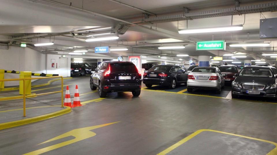 Auf dem Weg zu ihrem Auto in einer Tiefgarage in Laatzen wurde die 69-Jährige bedroht. (Symbolbild)