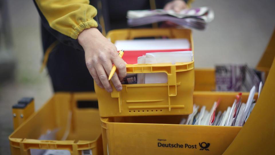 Ein Mitarbeiter der Deutschen Post (Symbolfoto).