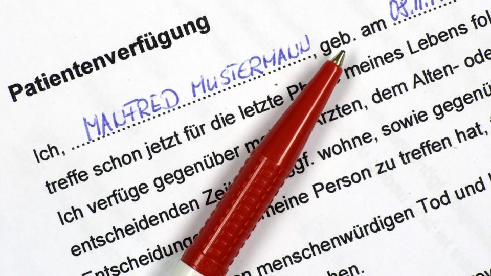 ARCHIV - Ein Stift liegt am 02.06.2005 auf dem ausgefüllten Vordruck einer Patientenverfügung (Illustration). Zum In-Kraft-Treten des Gesetzes zu Patientenverfügungen am kommenden Dienstag (1. September) rät Bundesjustizministerin Zypries (SPD) zur r