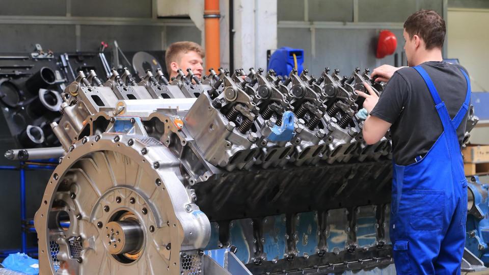 ARCHIV - In einer Montagehalle der Firma «MTU Reman Technologies» in Magdeburg (Sachsen-Anhalt) wird am 23.04.2015 am Zylinderkopf eines Motors gearbeitet. Foto: Jens Wolf/dpa (zu dpa «IHK:Wirtschaft sieht im Iran lukrativen Absatzmarkt» vom 23.07.2