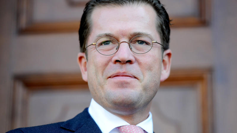 ARCHIV- Der damalige Bundesverteidigungsminister Karl-Theodor zu Guttenberg (CSU) am Donnerstag (23.09.2010) nach der Herbstklausur der CSU auf Kloster Banz (Oberfranken). Die Staatsanwaltschaft Hof hat das Verfahren gegen den früheren Verteidigungs