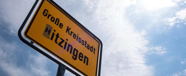 Auf dem Ortsschild der Stadt Kitzingen (Bayern) ist am 08.08.2015 das K durch ein H ersetzt worden, woraus sich das Wort «Hitzingen» ergibt. Der Deutsche Wetterdienst hat am 07.08.2015 erneut im bayerischen Kitzingen den deutschen Rekordwert von 40,3