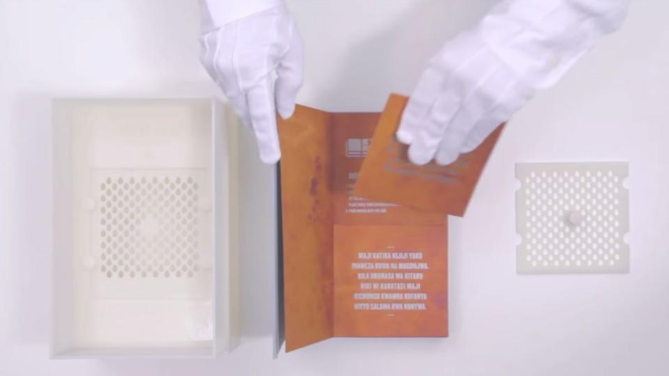 Eine US-Chemikerin hat ein Buch entwickelt, mit dem man Wasser filtern kann.