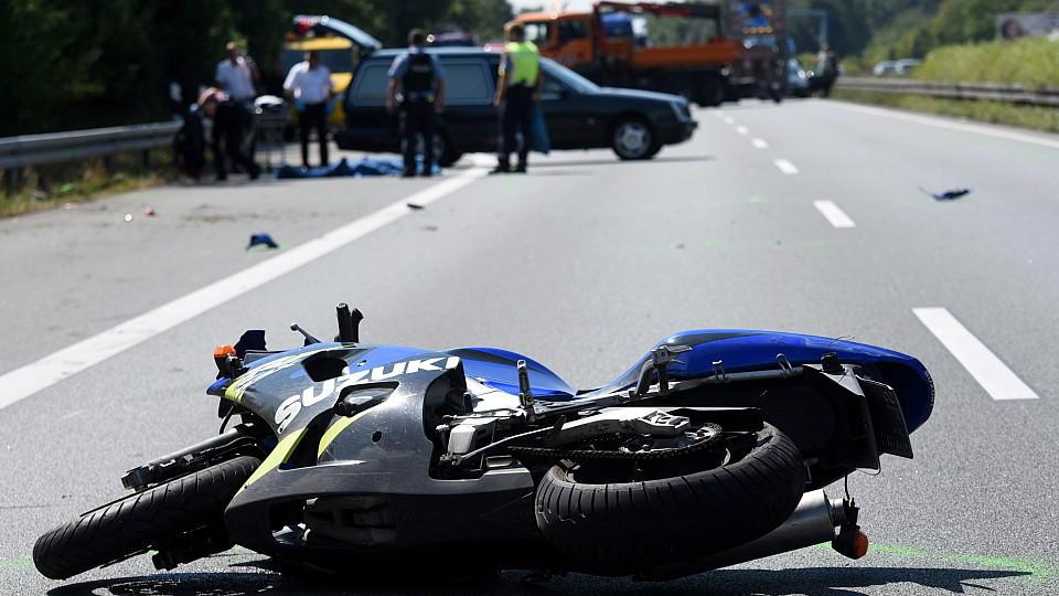 ARCHIV - Das Motorrad eines 24-jährigen jungen Mannes liegt am 24.07.2015 auf der Autobahn 5 bei Zwingenberg (Hessen) in Fahrtrichtung Norden auf der Straße. Bei dem Verkehrsunfall ist der Motorradfahrer ums Leben gekommen. Wie die Polizei mitteilte,