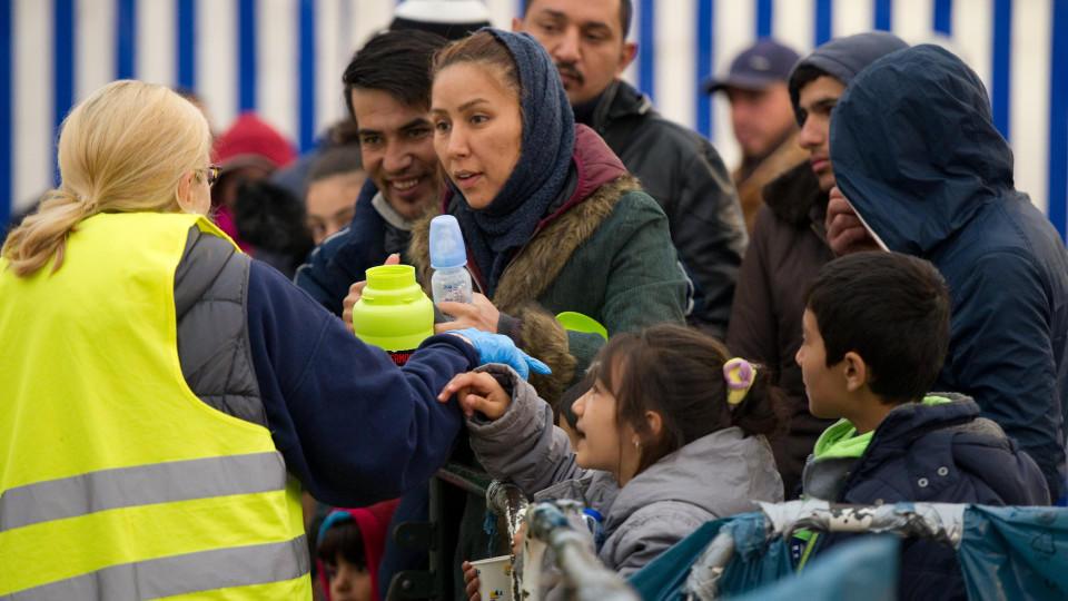 Flüchtlinge werden am 03.11.2015 in Passau (Bayern) am Bahnhof in einem Zelt vor ihrer Weiterfahrt versorgt. Foto: Angelika Warmuth/dpa +++(c) dpa - Bildfunk+++