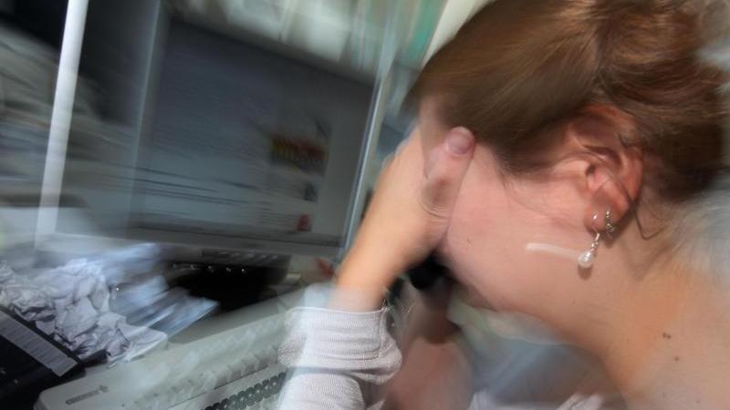 Eine Frau hält sich die Hände vor das Gesicht