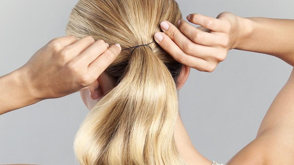 Wenn die Frisur den Haaren schadet. Bei Traktionsalopezie handelt es sich um eine Form des Haarausfalls, die durch zu starkes Ziehen an den Haaren verursacht werden kann.