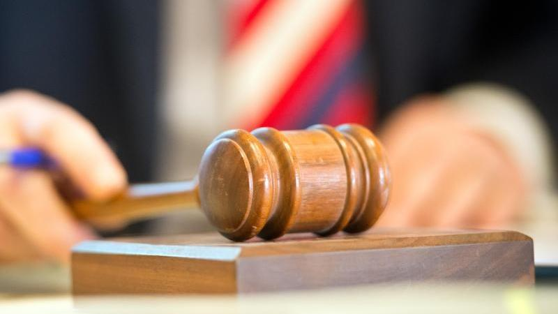 """Im Bonner """"Sugar Daddy""""-Prozess hat das Landgericht die beiden 26 und 36 Jahre alten Angeklagten vom Vorwurf der besonders schweren räuberischen Erpressung freigesprochen (Symbolbild)."""