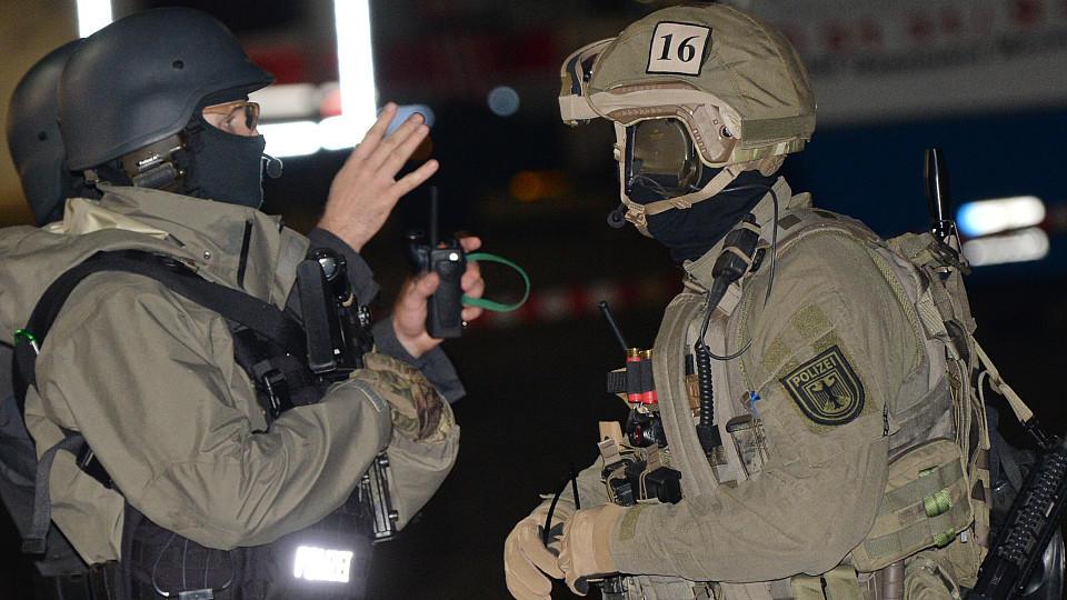 GSG 9-Polizisten am Stadion in Hannover.