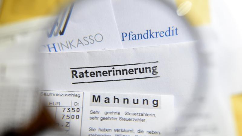 Dokumente mit Mahnungen, Ratenerinnerung, Pfandkredit, Inkasso. Foto: Christian Charisius/Archiv