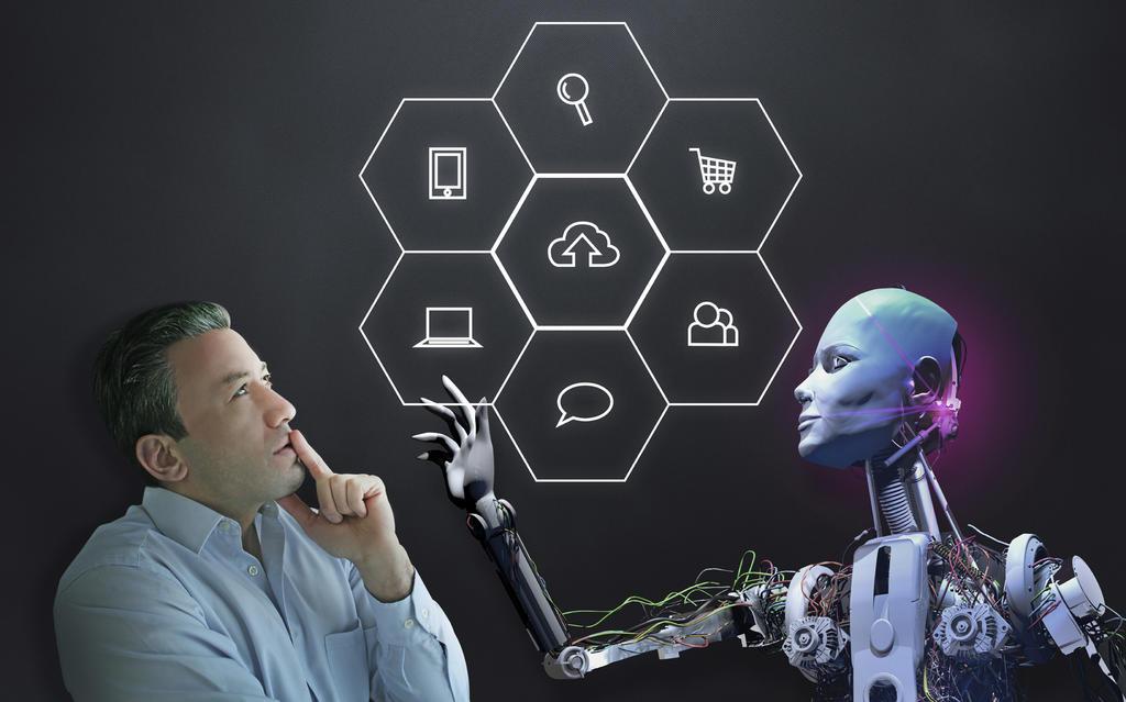 Social Bots manipulieren - Roboter steht neben einem Mann