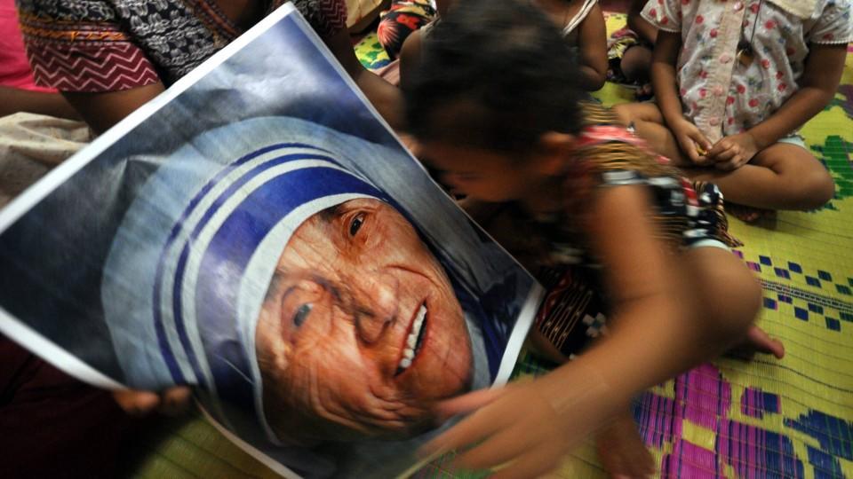 """Mutter Teresa, der """"Engel der Armen"""", wird heiliggesprochen."""