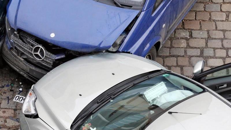 Wenn es gekracht hat, sollte der Schaden möglichst schnell auch der Versicherung gemeldet werden. Andernfalls riskiert man den Versicherungsschutz. Foto: Jan Woitas