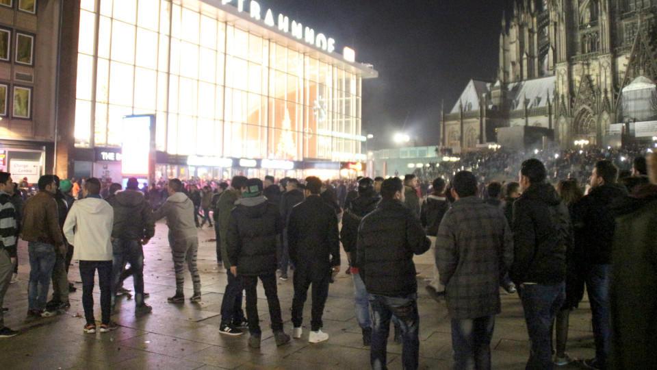 dpatopbilder Zahlreiche Menschen sind am 31.12.2015 in Köln (Nordrhein-Westfalen) auf dem Vorplatz des Hauptbahnhofs zu sehen. In der Silvesternacht waren am Kölner Hauptbahnhof Frauen sexuell belästigt und augeraubt worden. Foto:Markus Böhm/dpa +++