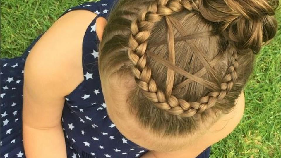 Mutter flechtet Kunstwerke mit den Haaren ihrer Tochter