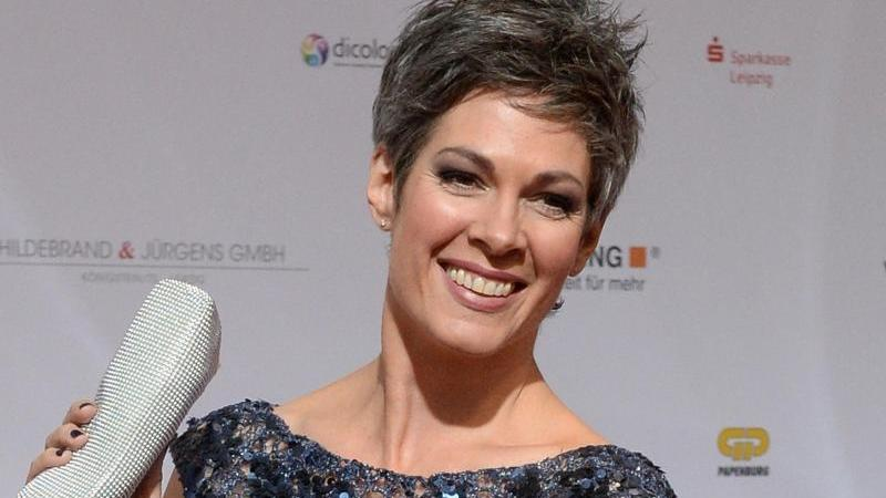 Schauspielerin Cheryl Shepard experimentiert in Corona-Zeiten mit ihren Haaren.
