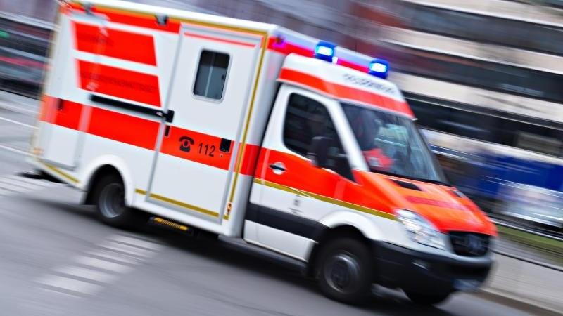 Eskalierter Nachbarschaftsstreit: Ein Rettungswagen wird zur Versorgung der Bewohner des Wiesbadener Mehrfamilienhauses gerufen.