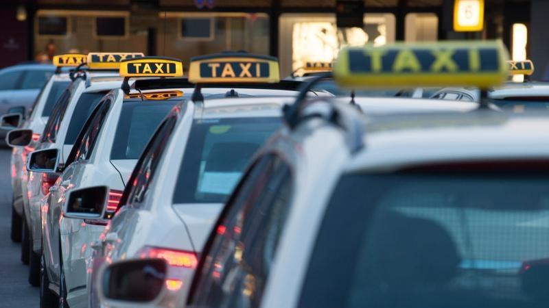 """Mit dem neuen """"WhatsApp Taxi""""-Angebot versucht das Taxi-Gewerbe, sich besser gegen die Konkurrenz durch Dienste wie MyTaxi oder Uber zu behaupten. Foto: Paul Zinken"""