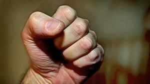 Vater verprügelt 20-Jährigen, der seine Tochter belästigt haben soll. (Foto: Motivbild)