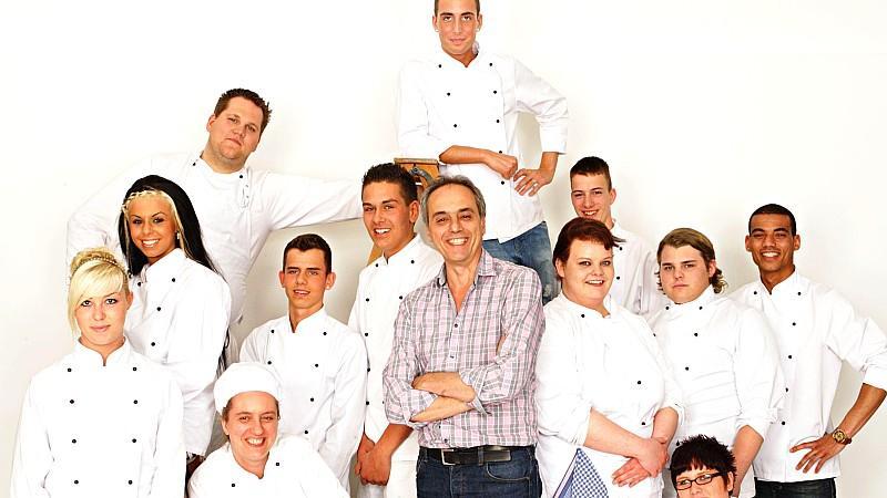 Christian Rach (Mitte) mit seinen Azubis. v.li.: Jasmina, Nina, Tim, Angelika, Jonny, Nourddine, Christian Rach, Can, Rena, Marco, Jennifer, Paul und Collin.