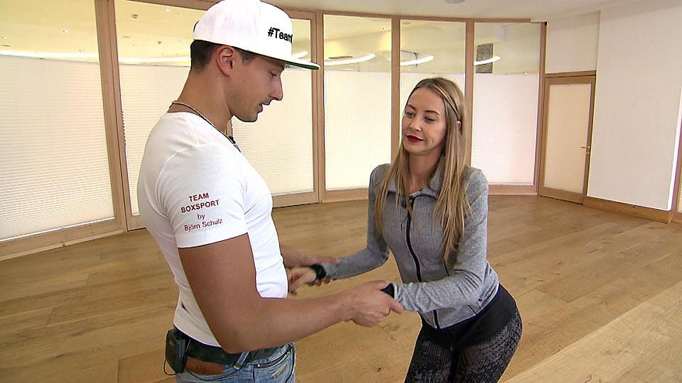 """Alessandra Meyer-Wölden und Sergiu Luca legen sich bei den Proben zu """"Let's Dance"""" ins Zeug."""