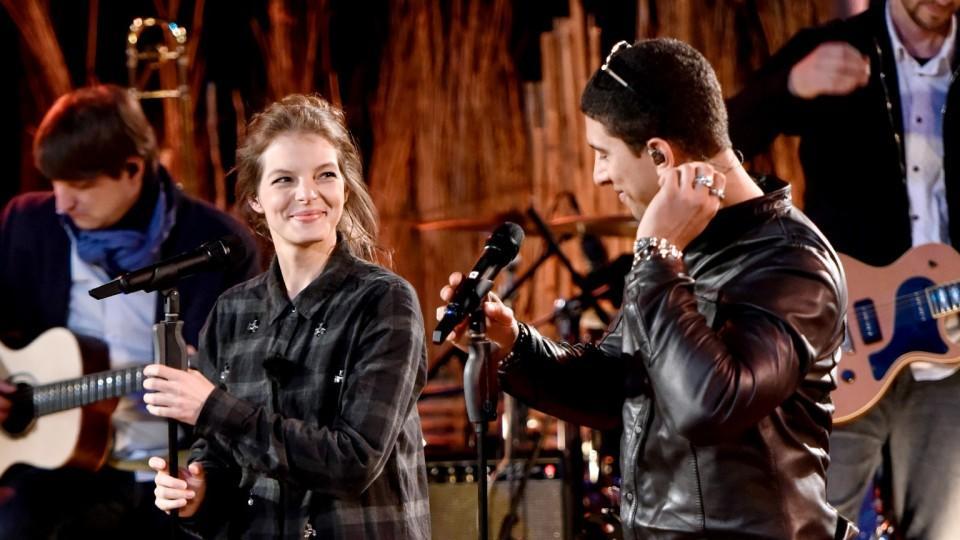 "Yvonne Catterfeld und Andreas Bourani bei ""Sing meinen Song"" 2015."