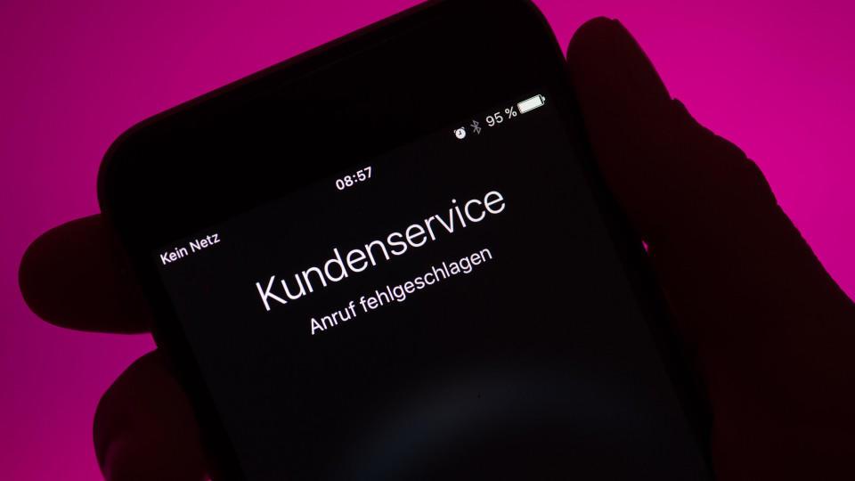 """ILLUSTRATION - Auf einen Smartphone mit einem Mobilfunkvertrag der Deutschen Telekom ist am 11.06.2016 in München (Bayern) """"Kein Netz"""" und """"Anruf fehlgeschlagen"""" zu lesen. Das Mobilfunknetz der Deutschen Telekom ist bundesweit massiv gestört. Foto: S"""