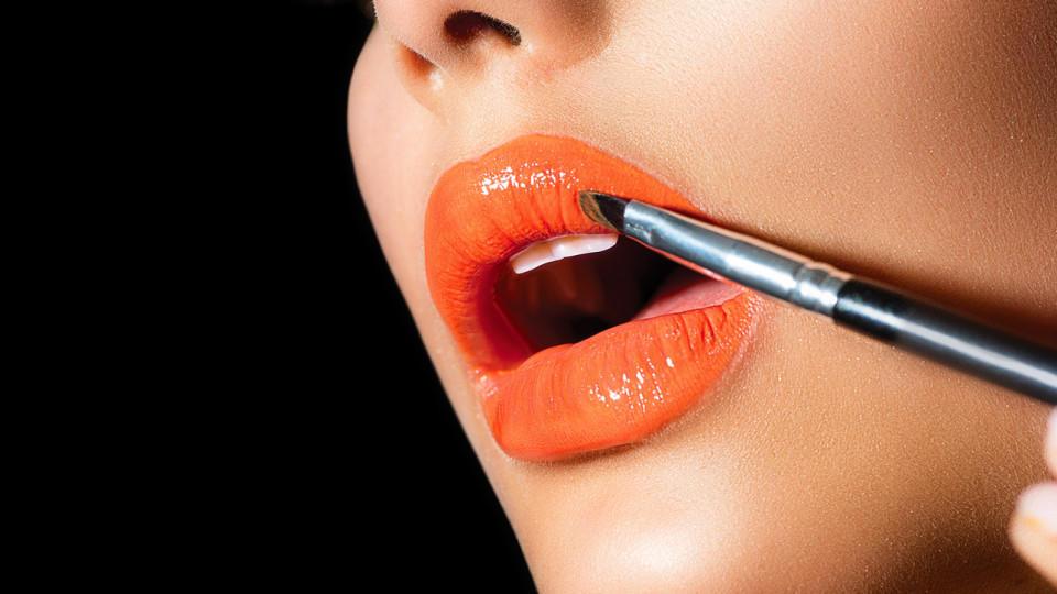 Lippenstift mit Lippenpinsel auftragen