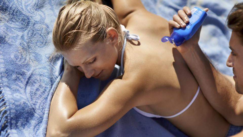 Mit Sonnencreme eincremen schützt die Haut.