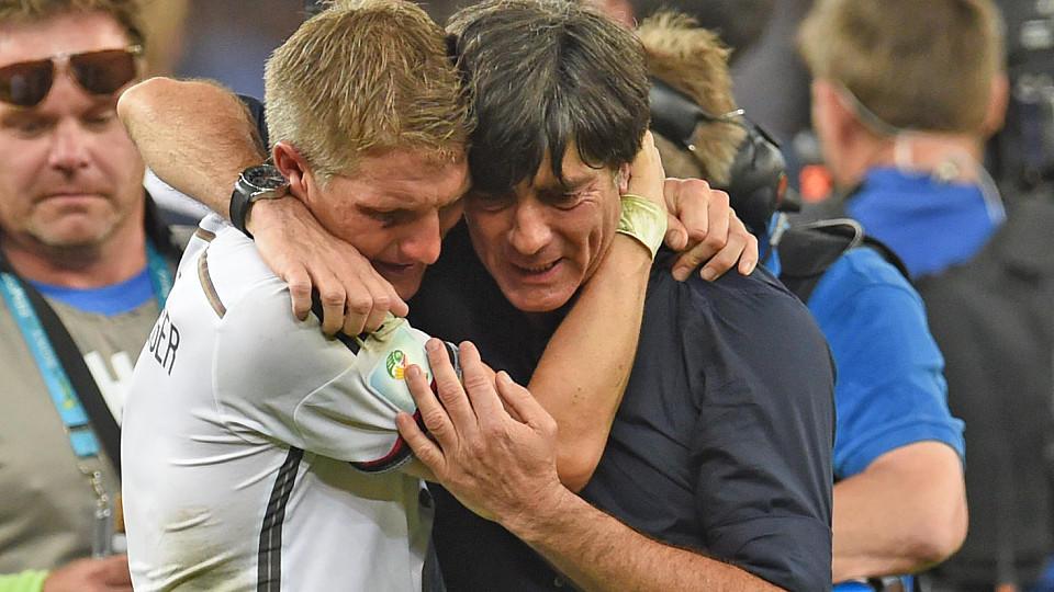 Bastian Schweinsteiger nach dem größten Triumph seiner Karriere. Zusammen mit Joachim Löw feiert er den WM-Titel 2014 in Rio.